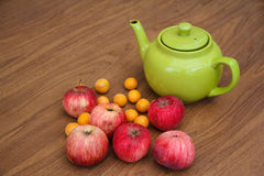 Πράσινο τσάι στον πίνακα με τα μήλα Στοκ εικόνα με δικαίωμα ελεύθερης χρήσης