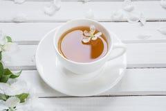Πράσινο τσάι στο άσπρο φλυτζάνι πορσελάνης Στοκ φωτογραφία με δικαίωμα ελεύθερης χρήσης