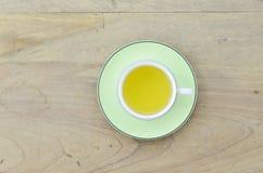 Πράσινο τσάι στο πράσινο φλυτζάνι στο ξύλινο υπόβαθρο Στοκ εικόνες με δικαίωμα ελεύθερης χρήσης