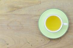Πράσινο τσάι στο πράσινο φλυτζάνι σε ξύλινο Στοκ Φωτογραφία
