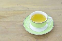 Πράσινο τσάι στο πράσινο φλυτζάνι στον ξύλινο πίνακα, κινηματογράφηση σε πρώτο πλάνο Στοκ Εικόνες