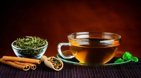 Πράσινο τσάι στο φλυτζάνι και τα συστατικά Στοκ εικόνα με δικαίωμα ελεύθερης χρήσης