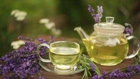 Πράσινο τσάι στο όμορφο φλυτζάνι φιλμ μικρού μήκους