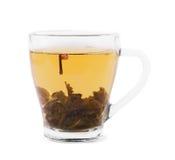 πράσινο τσάι φλυτζανιών Ένα φλυτζάνι γυαλιού σε ένα άσπρο υπόβαθρο Ένα όμορφο φλυτζάνι με το καυτό υγρό και φυσικό πράσινο τσάι Στοκ Φωτογραφία