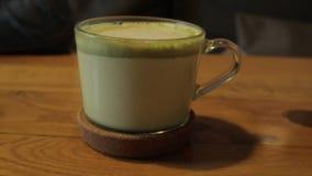 Πράσινο τσάι Latte Matcha στο φλυτζάνι στο εστιατόριο ή τον καφέ Υγιές ποτό απόθεμα βίντεο