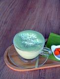 Πράσινο τσάι Matcha latte σε ένα φλυτζάνι γυαλιού σε ένα ξύλινο πιάτο Στοκ φωτογραφίες με δικαίωμα ελεύθερης χρήσης