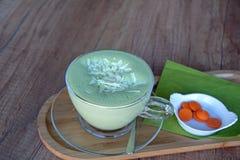 Πράσινο τσάι Matcha latte σε ένα φλυτζάνι γυαλιού σε ένα ξύλινο πιάτο Στοκ εικόνα με δικαίωμα ελεύθερης χρήσης