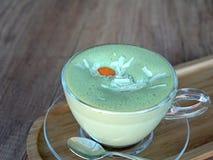 Πράσινο τσάι Matcha latte σε ένα φλυτζάνι γυαλιού σε ένα ξύλινο πιάτο Στοκ φωτογραφία με δικαίωμα ελεύθερης χρήσης