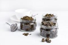 Πράσινο πράσινο τσάι Oolong σφαιρών τσαγιού με το πράσινο τσάι λωτού με την ποικιλία πιπεροριζών του πράσινου τσαγιού γυαλιού ξηρ Στοκ εικόνα με δικαίωμα ελεύθερης χρήσης