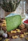 Πράσινο τυρί pesto, ακατέργαστα ζυμαρικά και συστατικά για τα ζυμαρικά στοκ φωτογραφία με δικαίωμα ελεύθερης χρήσης