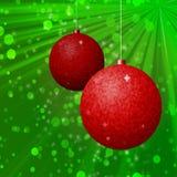 Πράσινο υπόβαθρο με δύο κόκκινους βολβούς Χριστουγέννων Στοκ Φωτογραφίες