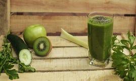 Πράσινο υπόβαθρο detox με το καταφερτζή, τα λαχανικά και τα φρούτα Στοκ εικόνα με δικαίωμα ελεύθερης χρήσης
