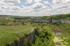 Πράσινο φαράγγι σε kamenetz-Podolsk, την Ουκρανία και τον ουρανό με το σύννεφο Στοκ Φωτογραφίες