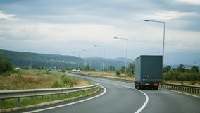 Πράσινο φορτηγό στο δρόμο Στοκ εικόνα με δικαίωμα ελεύθερης χρήσης