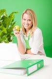 Πράσινο φυτό μήλων λαβής χαμόγελου γυναικών γραφείων στοκ φωτογραφία με δικαίωμα ελεύθερης χρήσης