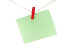 πράσινο φύλλο του εγγράφου για τις σημειώσεις και paperclip της απομόνωσης στο λευκό Στοκ Φωτογραφίες