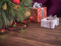 Πράσινο χριστουγεννιάτικο δέντρο που διακοσμείται με τα παιχνίδια και οδηγημένα τα γιρλάντα φω'τα Δώρα κιβωτίων Στοκ εικόνα με δικαίωμα ελεύθερης χρήσης