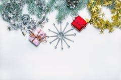 Πράσινο χριστουγεννιάτικο δέντρο εμβλημάτων διακοπών με τα κόκκινα και μπλε δώρα σε ένα ελαφρύ ξύλινο υπόβαθρο Ευχετήρια κάρτα κα Στοκ Εικόνα