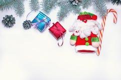 Πράσινο χριστουγεννιάτικο δέντρο εμβλημάτων διακοπών με το κόκκινο δώρο και Άγιος Βασίλης σε ένα ελαφρύ ξύλινο υπόβαθρο Ευτυχής ν Στοκ εικόνα με δικαίωμα ελεύθερης χρήσης