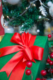 Πράσινο χριστουγεννιάτικο δώρο με την κόκκινη κορδέλλα Στοκ Εικόνες