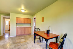 Πράσινο δωμάτιο κουζινών με ένα να δειπνήσει επιτραπέζιο σύνολο Στοκ Φωτογραφία