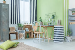 Πράσινο δωμάτιο με τα ριγωτά εξαρτήματα Στοκ εικόνες με δικαίωμα ελεύθερης χρήσης