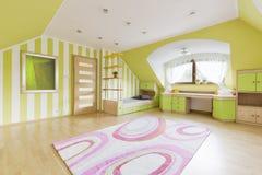 Πράσινο δωμάτιο με το κρεβάτι και το γραφείο Στοκ Φωτογραφία