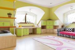 Πράσινο δωμάτιο παιδιών με τον καναπέ Στοκ Εικόνες