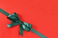 Πράσινο δώρων κορδελλών τόξων υπόβαθρο εγγράφου γωνιών διαγώνιο κόκκινο στοκ εικόνες