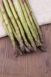Πράσινο aspargus σε μια πετσέτα Στοκ εικόνα με δικαίωμα ελεύθερης χρήσης