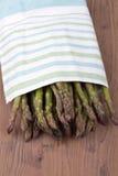 Πράσινο aspargus σε μια πετσέτα Στοκ φωτογραφία με δικαίωμα ελεύθερης χρήσης
