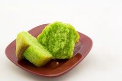 Πράσινο muffin καρυδιών φυστικιών στο κόκκινο πιάτο Στοκ Φωτογραφία