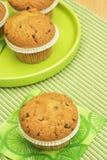 πράσινο muffins πιάτο στοκ εικόνες
