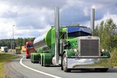 Πράσινο Peterbilt 359 στη συνοδεία φορτηγών Στοκ φωτογραφία με δικαίωμα ελεύθερης χρήσης