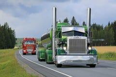 Πράσινο Peterbilt 359 φορτηγό δεξαμενών στη συνοδεία φορτηγών Στοκ Φωτογραφία