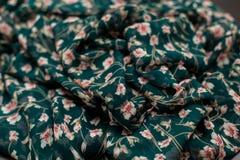 Πράσινο textil χρώματος, ύφασμα μεταξιού με τις πτυχές Στοκ Φωτογραφίες