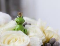 Πρίγκηπας βατράχων στην άσπρη γαμήλια ανθοδέσμη τριαντάφυλλων Στοκ Φωτογραφία