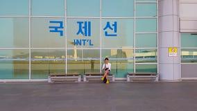Πρίν μπαίνει στον αερολιμένα, κάτω από το σημάδι των διεθνών πτήσεων στοκ φωτογραφία με δικαίωμα ελεύθερης χρήσης