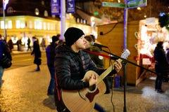 ΠΡΑΓΑ - 7 ΔΕΚΕΜΒΡΊΟΥ: εκτελεστής οδών που παίζει την κιθάρα στο εναλλασσόμενο ρεύμα στοκ εικόνες με δικαίωμα ελεύθερης χρήσης