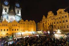 ΠΡΑΓΑ, ΔΗΜΟΚΡΑΤΊΑ ΤΗΣ ΤΣΕΧΊΑΣ - 9 12 2017: Άνθρωποι στην αγορά Χριστουγέννων στην παλαιά πλατεία της πόλης, Τσεχία Στοκ Εικόνα