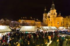 ΠΡΑΓΑ, ΔΗΜΟΚΡΑΤΊΑ ΤΗΣ ΤΣΕΧΊΑΣ - 9 12 2017: Άνθρωποι στην αγορά Χριστουγέννων στην παλαιά πλατεία της πόλης, Τσεχία Στοκ Φωτογραφίες
