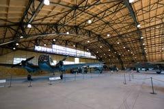 ΠΡΑΓΑ, ΔΗΜΟΚΡΑΤΊΑ ΤΗΣ ΤΣΕΧΊΑΣ - 18 ΑΥΓΟΎΣΤΟΥ 2016: Παλαιές στρατιωτικές στάσεις αεροπλάνων στο μουσείο Kbely αεροπορίας της Πράγα Στοκ Εικόνες