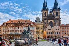 ΠΡΑΓΑ, ΔΗΜΟΚΡΑΤΊΑ ΤΗΣ ΤΣΕΧΊΑΣ - 12 ΙΟΥΝΊΟΥ 2017: Εκκλησία της κυρίας μας πριν από Tyn Πράγα - αρχιτεκτονική εικόνα στην παλαιά πλ Στοκ Φωτογραφίες