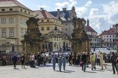 ΠΡΑΓΑ, ΔΗΜΟΚΡΑΤΊΑ ΤΗΣ ΤΣΕΧΊΑΣ - 20 ΙΟΥΝΊΟΥ 2016: Φρουρά τιμής κοντά στο προεδρικό παλάτι στο Κάστρο της Πράγας Στοκ εικόνα με δικαίωμα ελεύθερης χρήσης