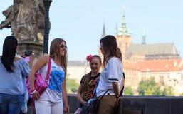 ΠΡΑΓΑ, ΔΗΜΟΚΡΑΤΊΑ ΤΗΣ ΤΣΕΧΊΑΣ - 17 ΜΑΐΟΥ 2017: Πράγα, Δημοκρατία της Τσεχίας Η δημοφιλής περιήγηση τουριστών στην Πράγα, περίπατο Στοκ Εικόνα