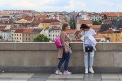 ΠΡΑΓΑ, ΔΗΜΟΚΡΑΤΊΑ ΤΗΣ ΤΣΕΧΊΑΣ - 17 ΜΑΐΟΥ 2017: Πράγα, Δημοκρατία της Τσεχίας Η δημοφιλής περιήγηση τουριστών στην Πράγα, περίπατο Στοκ εικόνες με δικαίωμα ελεύθερης χρήσης