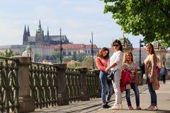 ΠΡΑΓΑ, ΔΗΜΟΚΡΑΤΊΑ ΤΗΣ ΤΣΕΧΊΑΣ - 17 ΜΑΐΟΥ 2017: Πράγα, Δημοκρατία της Τσεχίας Η δημοφιλής περιήγηση τουριστών στην Πράγα, περίπατο Στοκ Φωτογραφίες