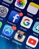 ΠΡΑΓΑ, ΔΗΜΟΚΡΑΤΊΑ ΤΗΣ ΤΣΕΧΊΑΣ - 17 ΝΟΕΜΒΡΊΟΥ 2015: Μια φωτογραφία κινηματογραφήσεων σε πρώτο πλάνο της οθόνης έναρξης iPhone της  Στοκ φωτογραφία με δικαίωμα ελεύθερης χρήσης