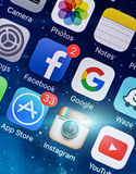 ΠΡΑΓΑ, ΔΗΜΟΚΡΑΤΊΑ ΤΗΣ ΤΣΕΧΊΑΣ - 17 ΝΟΕΜΒΡΊΟΥ 2015: Μια φωτογραφία κινηματογραφήσεων σε πρώτο πλάνο της οθόνης έναρξης iPhone της  Στοκ Εικόνες