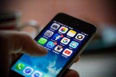 ΠΡΑΓΑ, ΔΗΜΟΚΡΑΤΊΑ ΤΗΣ ΤΣΕΧΊΑΣ - 17 ΝΟΕΜΒΡΊΟΥ 2015: Μια φωτογραφία κινηματογραφήσεων σε πρώτο πλάνο της οθόνης έναρξης iPhone της  Στοκ Εικόνα